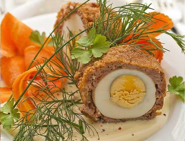 Мясные котлеты с зеленым луком, фаршированные яйцом