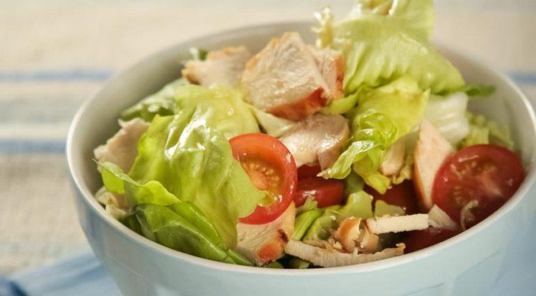 Салат с куриным филе и грибами