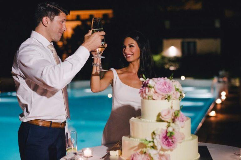 Жених и невеста возле свадебного торта
