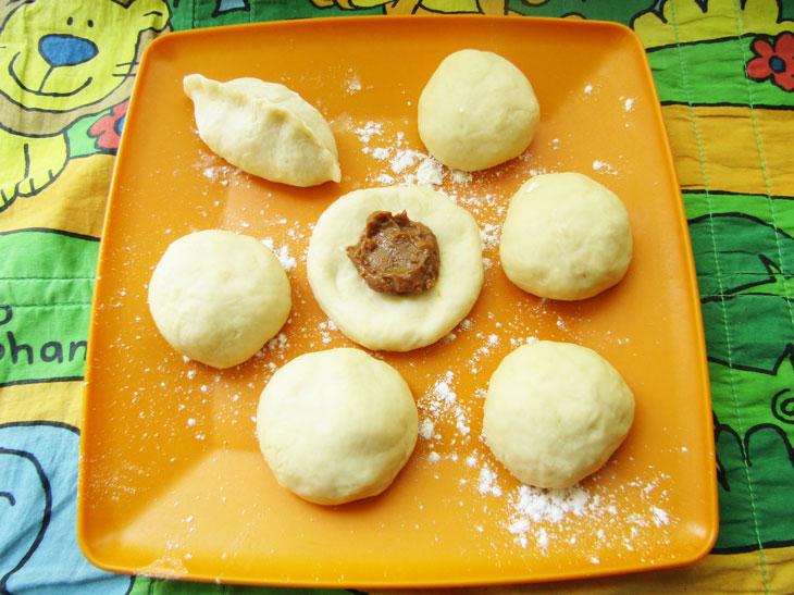 Дрожжевые пирожки на сковороде с вареной сгущенкой - рецепт пошаговый с фото