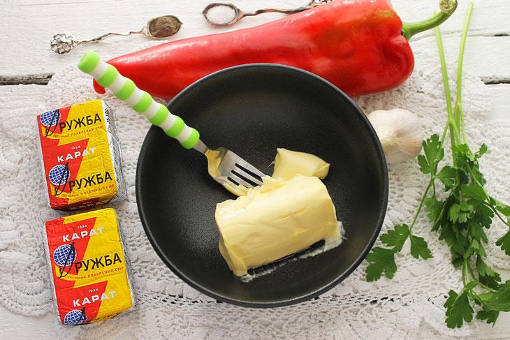 Перец фаршированный сыром маслом и чесноком